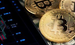 Bitcoin Tidak terpengaruh oleh Sell-Off Pasar Saham hari Senin, Mengalahkan Emas Sebagai Lindung Nilai